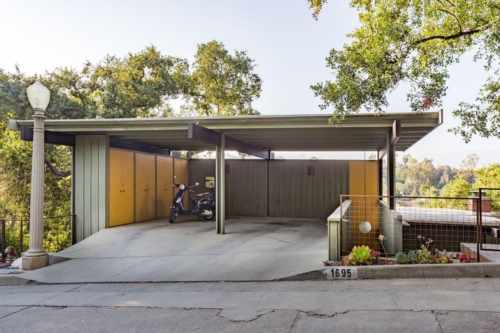 Photo 16 Of 17 In Mad Men Producer Puts His Pasadena Midcentury Up Garage Design Interior Modern Garage Modern Garage Doors