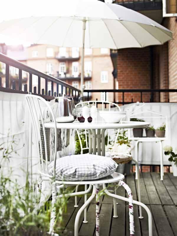 Jetzt genießen wir unsere Freizeit auf Balkonien! Die farbenfrohen und platzsparenden Draußen-Möbel machen Lust auf unbeschwerte Freiluft-Stunden.