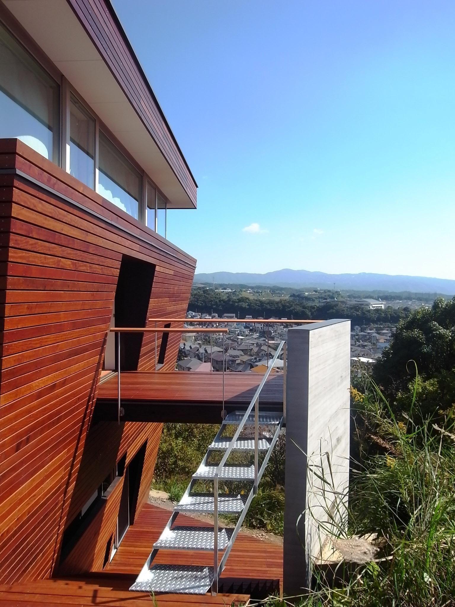 傾斜地に飛び出したバルコニー 360 風景が広がる傾斜地の家 外観