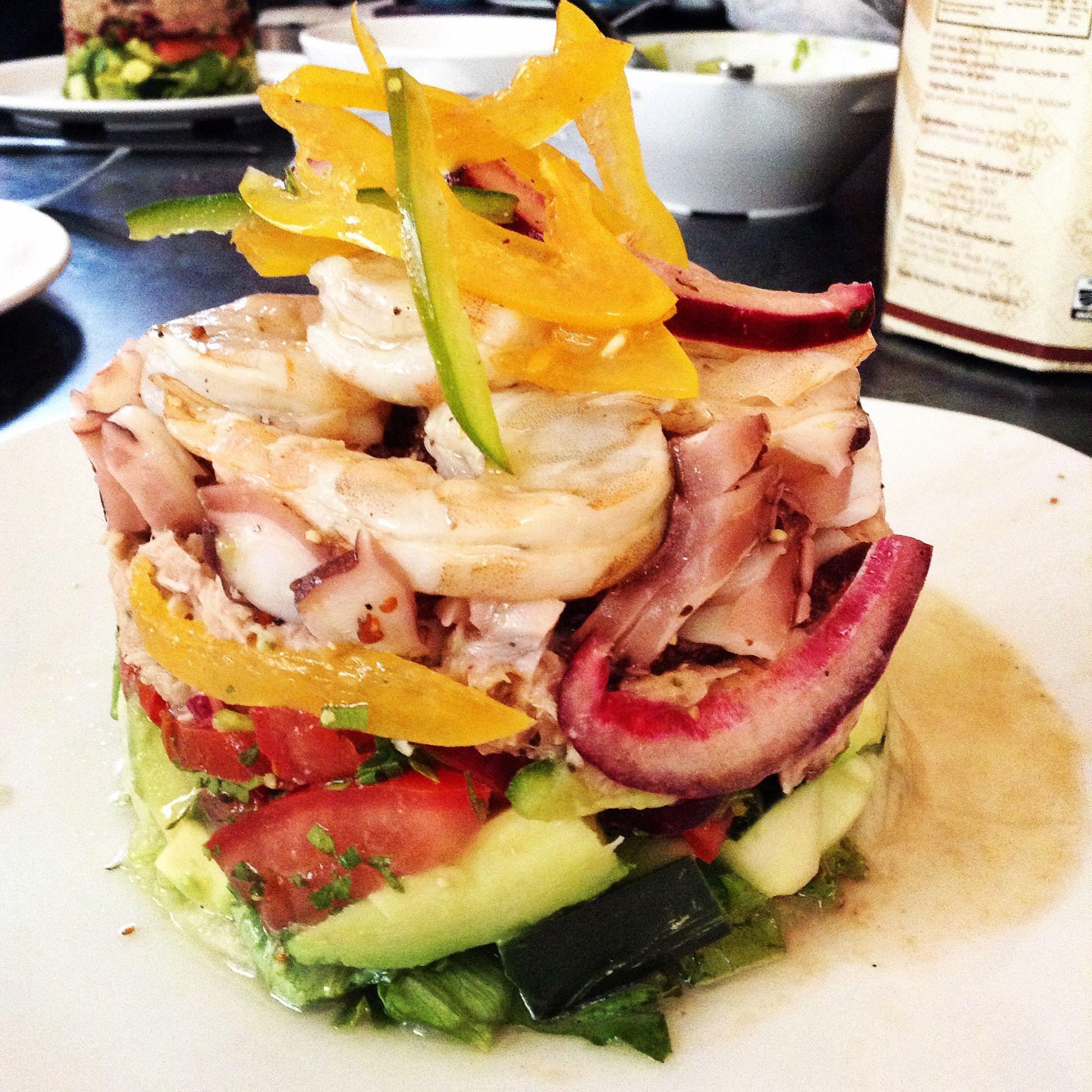Timbal de ceviche de atún, pulpo y camarón.