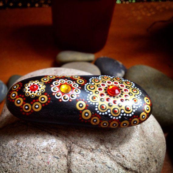 Steine mit Love von Gema gemalt. Farbenfrohe und lebendige Steine, injiziert voller Energie Meditation Gedanken. Jedes Stück ist einzigartig. Dieser ganze Prozess bringt Licht in mich in vielerlei Hinsicht und von dem Moment ich interessiere mich für den Felsen und dann der Moment, dass ich vor ihnen sitzen und die Farben und die verschiedenen Pattens durch in der Meditation aus der friedlichsten Ort in mir kommen ich werde man wieder. Ich hoffe, dass jeder diese Energie und Magie spüren und…
