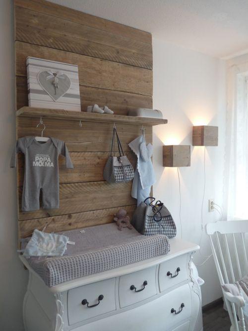Leuk idee  #steigerhout achter de #commode #babykamer   steigerhout met witte commode