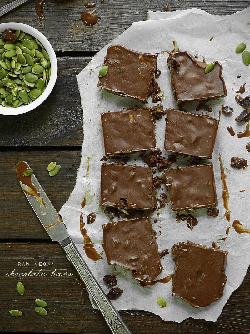 Raw Chocolate Bars with Pumpkin Seeds and Raisins by @pureandsimple pureandsimple.com #paleo