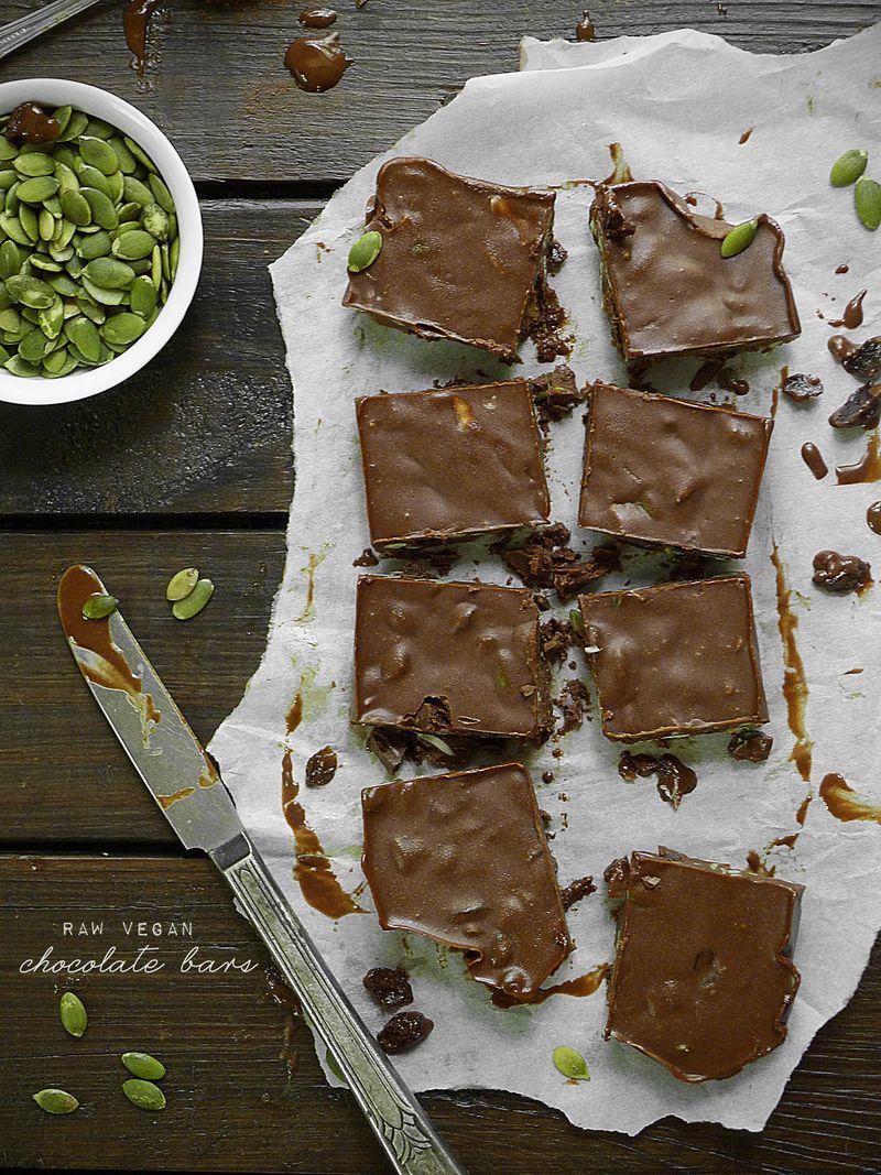Raw Chocolate Bars with Pumpkin Seeds and Raisins by @pureandsimple pureandsimple.com #paleo