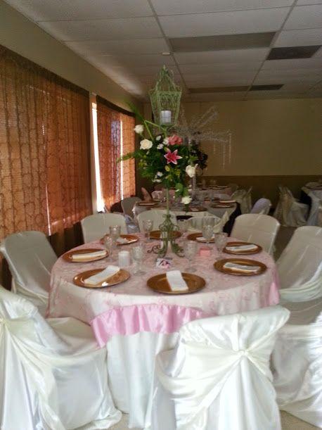 Mesa decorada con manteles satin beige y sobre mantel en for Manteles para mesa