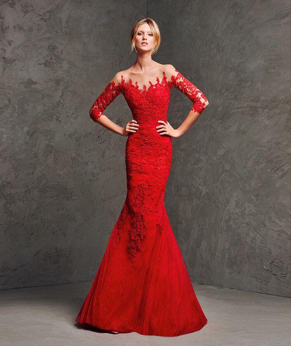 b80249f98 Se trata de un precioso vestido rojo que mezcla encaje y tul ...