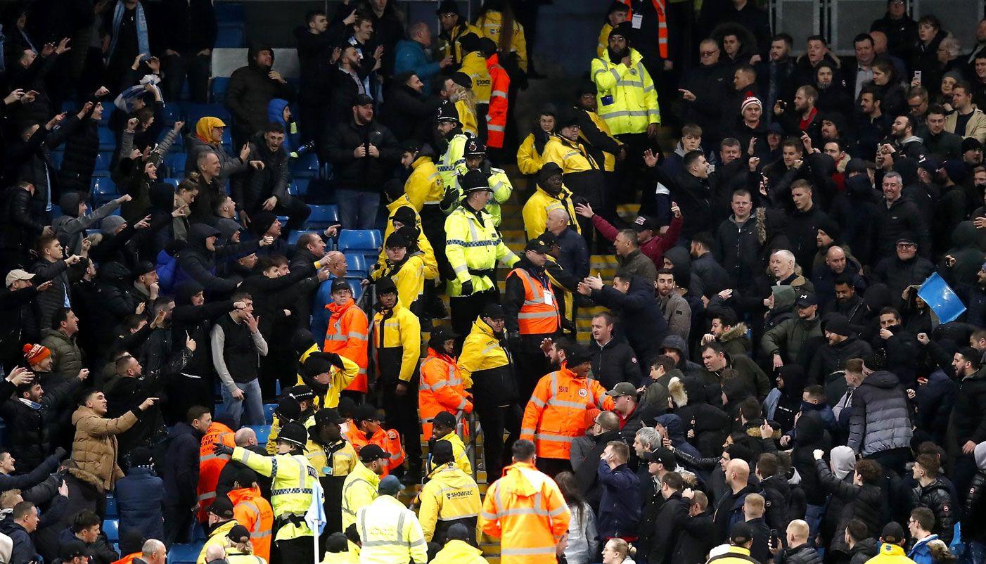 Kedua Fans di Derby Manchester Ricuh Saling Lempar Kursi