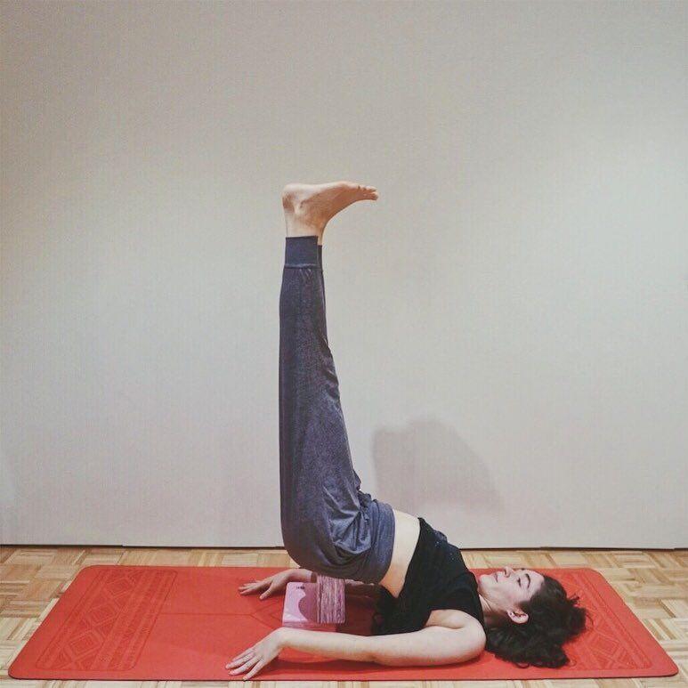 Cómo Usar Los Bloques De Yoga Posturas De Yoga Con Bloque De Yoga Viparita Karani Postura Invertida Yoga Bloque De Y Yoga Para Principiantes Yoga Today