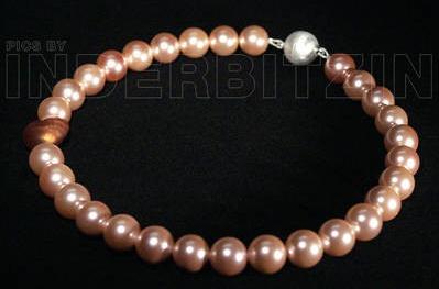 ROMEA. Halskette aus lachsfarbenen Muschelkernperlen, auf plastifiziertem Silberdraht. Herz aus Murano-Glas, mit Echtgoldeinlage.  Magnetischer Verschluss aus gebürstetem Sterlingsilber 925.