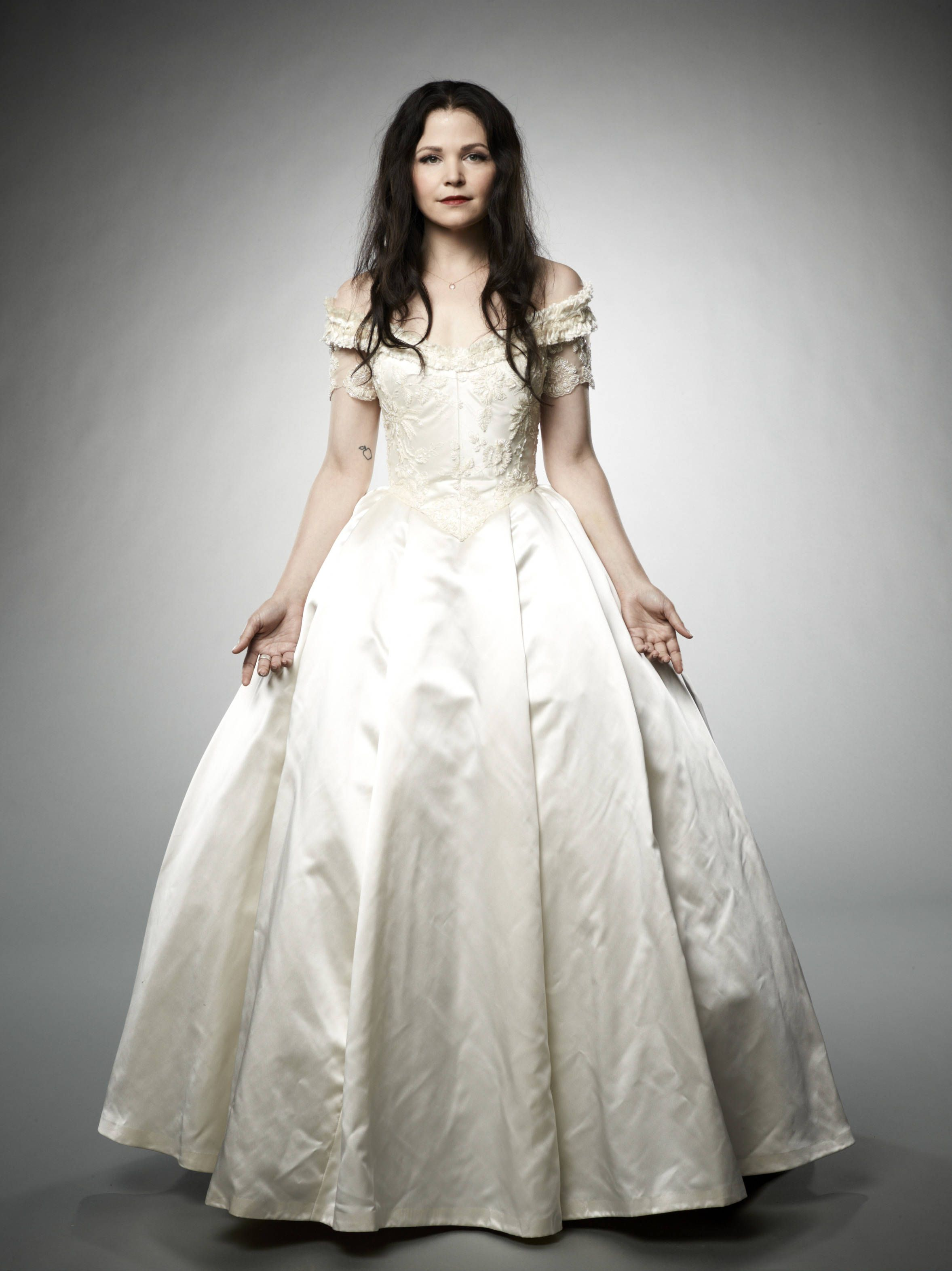 Snow Wears A White Satin Gown All Of The Exquisite Costumes Once Upon Time Are Designed By Eduardo Castro