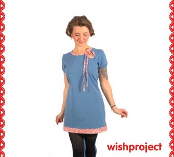 Verspielte Bubbles auf Mini Karos peppen die schicke Tunika aus weichem Jersey in dezentem Blau allerliebst auf. Dazu gehören der raffinierte Cutout mit Bändchen, kleine Bündchen an den bequemen Shirt Ärmeln, sowie der tolle Bubble Saum als Abschluss. Du kannst die Tunika auch etwas länger als Kleidchen bekommen.