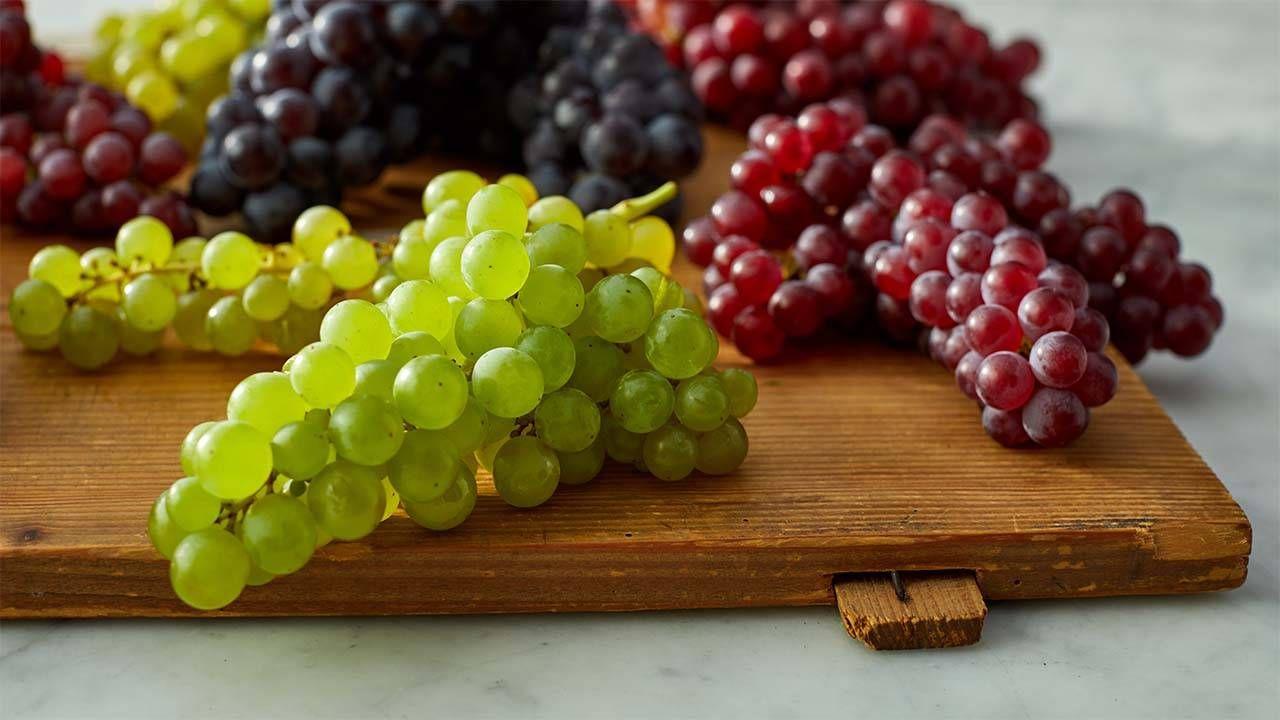 أحمر أسود أم أخضر هذه فوائد أنواع العنب Pbs Food Top Healthy Foods Grapes