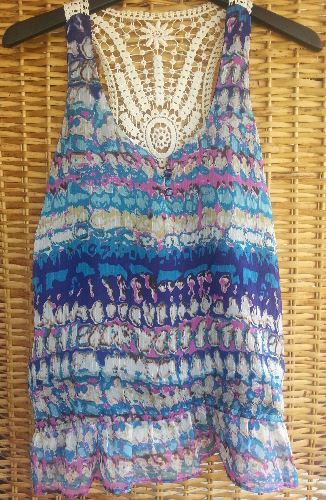 ✾ Blusa XXI ✾ $150 Talle L/G Detalle en brodery en espalda Terminación en bolados Toda forrada en su interior 100% Polyester