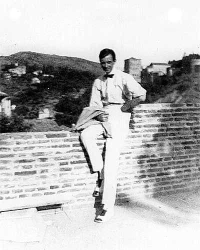 Mi padre, el artista Jorge Apperley, desde el Carmen de la Media Luna, Cuesta de San Gregorio, Albayzin, Granada. Era el primer año (1916) de su afincamiento en Granada. El carmen, todavía en construcción, pertenecía a su íntimo y fiel amigo Angel Santisteban