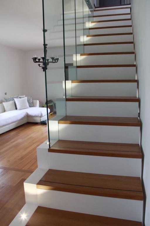 Una scala illuminata con faretti led bianchi faretti led pinterest faretti scale e scala - Illuminazione scale interne led ...