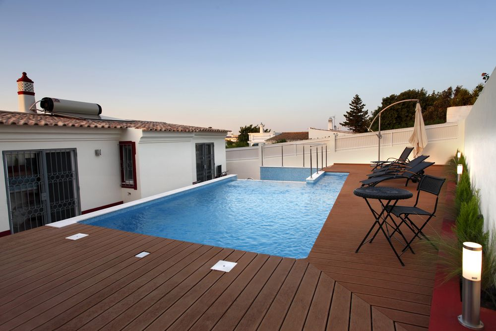 Inspiration 13 Superbes Idées De Terrasse Pour Votre Piscine De Jardin Swimming Pool Tiles Swimming Pools Backyard Inground Backyard Pool