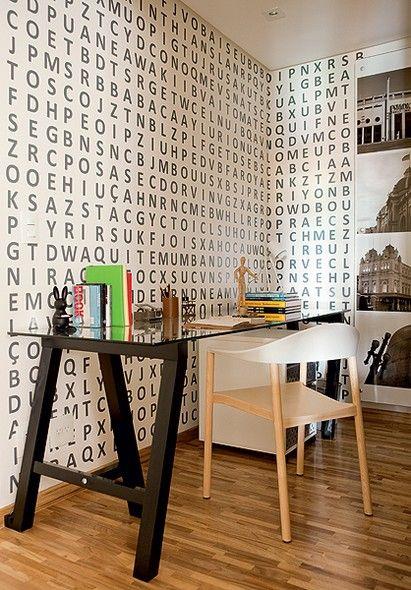 Letras vinílicas fazem o caça-palavras na parede do home office projetado pelas arquitetas Tieko Matsuda e Luciana Nogueira.