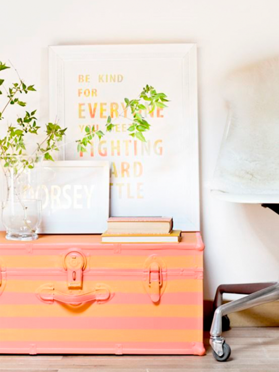 <p>Die oude koffer van de rommelmarkt wordt na een likje verf het pronkstuk van jouw interieur. Je kan er de dingen die je zelden gebruikt in opbergen.</p><p></p><p>Bron: Pinterest</p>