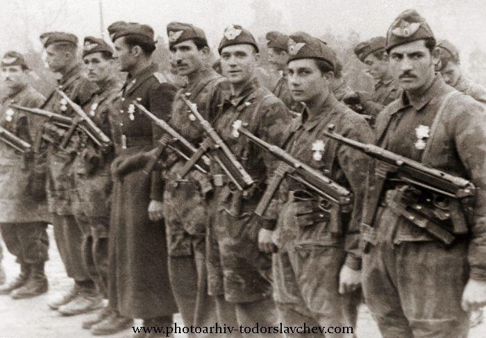 """Бойци от парашутната ни дружина, сформирана през 1942 год. и обучена в Германия, в парашутното училище в Брауншвайг, през 1942/1943 год. Тук са на тържественото посрещане на българската армия след боевете при Страцин, на площад """"Александър Невски"""", 24 ноември 1944 год."""