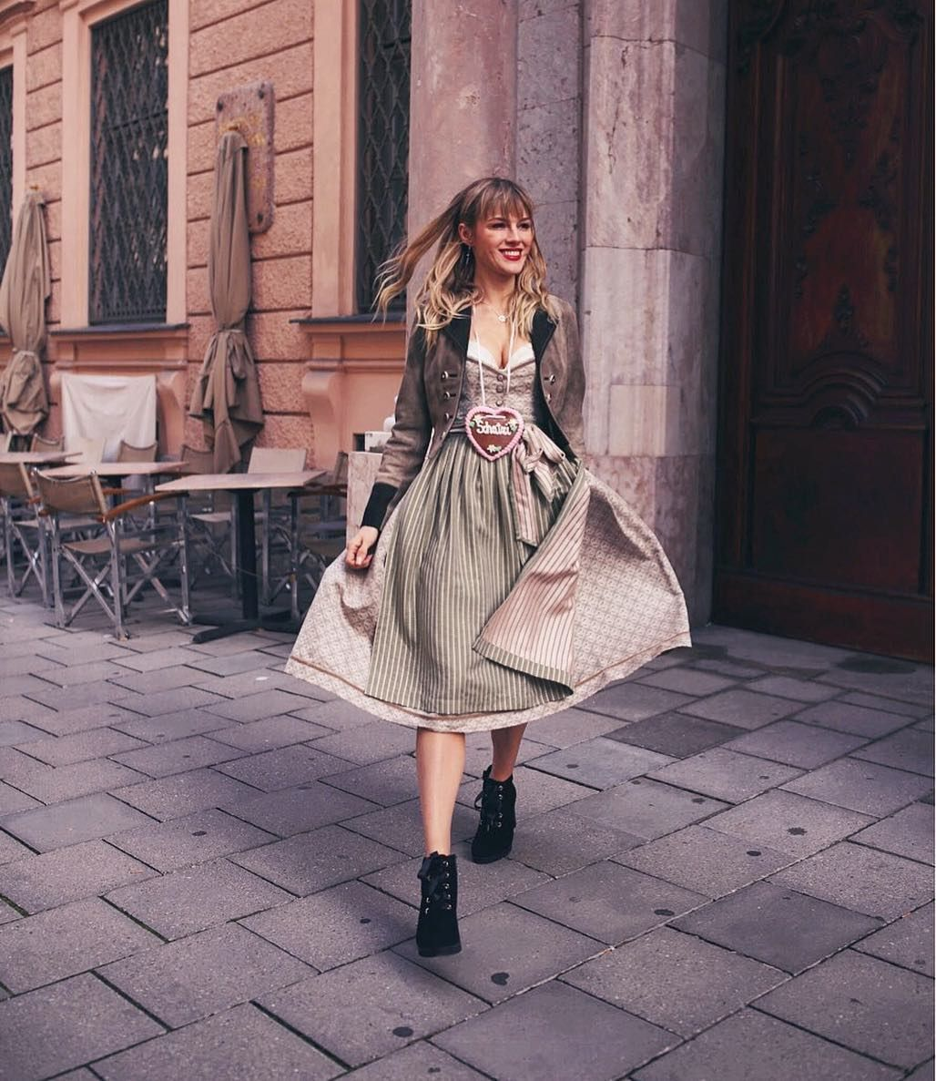 vcy.w in unserem CocoVero Dirndl Josephine mit Lederjacke