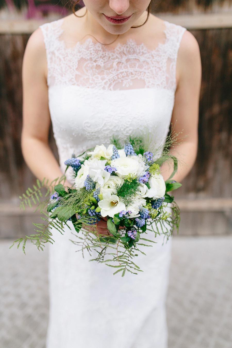 Brautstrauß zur Hochzeit in weiß/grün mit einem Touch Blau. Foto ...