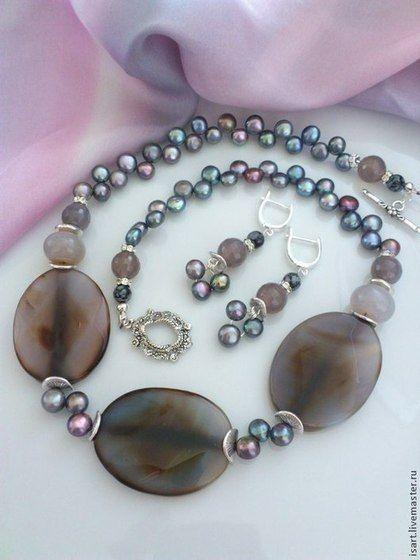 Ожерелье из натуральных камней с цветочным принтом