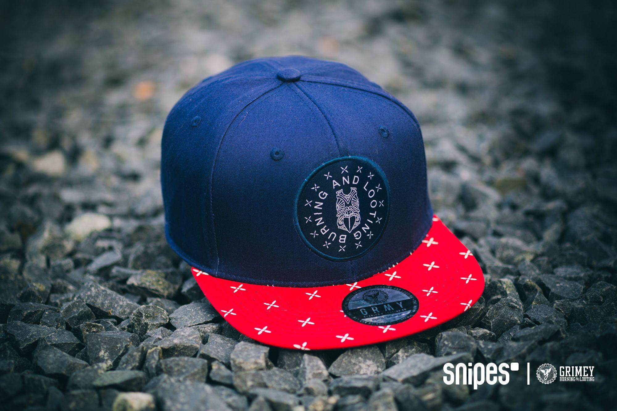 Ganz neu bei uns ist Grimey, die spanische Streetwear-Brand, die unter anderem solche Knaller wie diese Tribe Strapback am Start hat. Auf der navyblauen Krone gibt es einen großen Frontpatch und eine Grimey Logostickerei auf der Rückseite zu bewundern, der Schirm kommt mit Allover-Print daher. Ab sofort im SNIPES Onlineshop erhältlich! Artikelnr.: 7005747 Preis: 29,99 Euro #snipes #snipesknows #grimey #strapback #caps