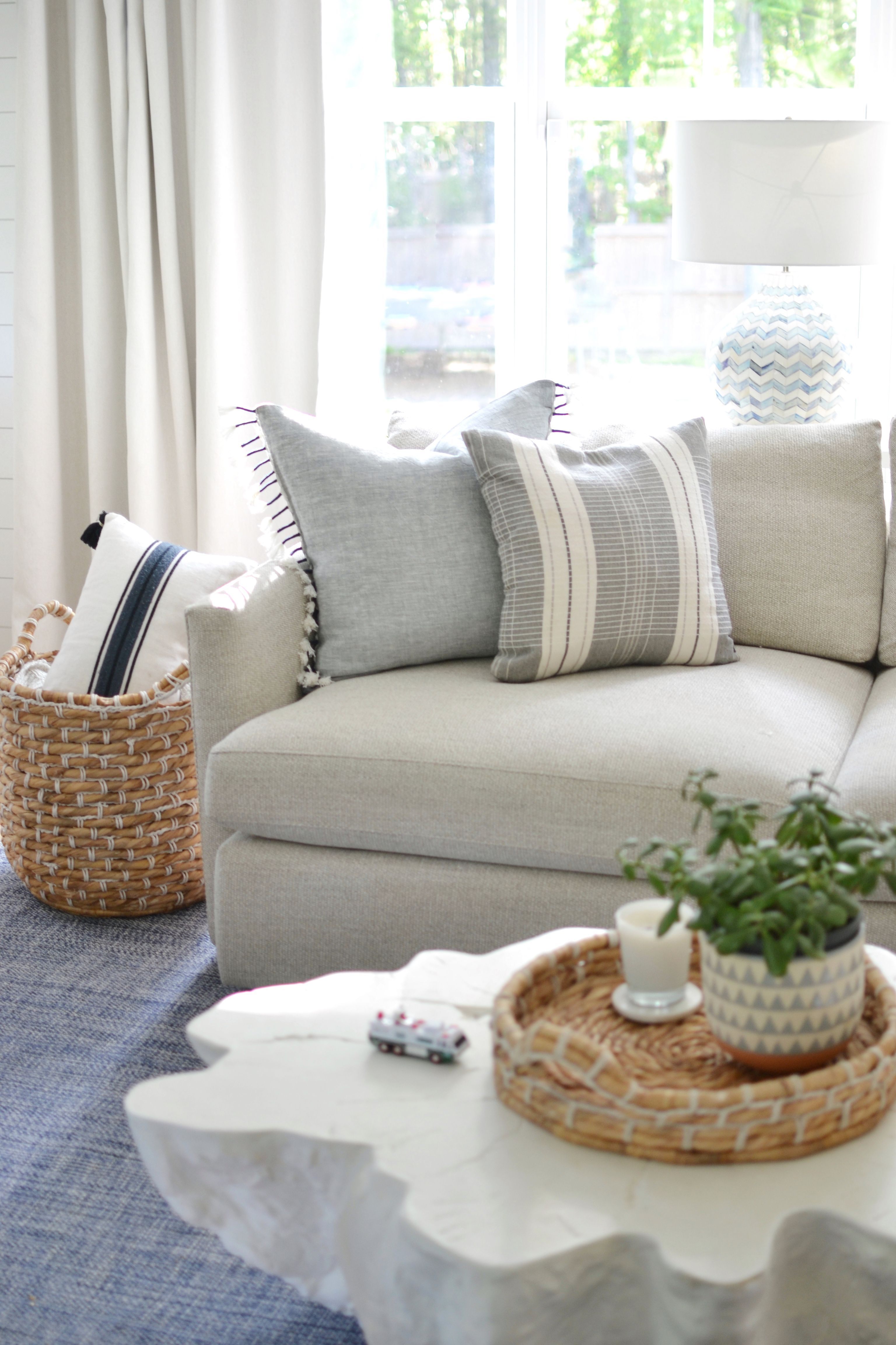 Picking The Right Throw Pillows For Your Grey Couch In 2020 Grey Couch Living Room Throw Pillows Living Room Grey Couches #pillow #covers #living #room