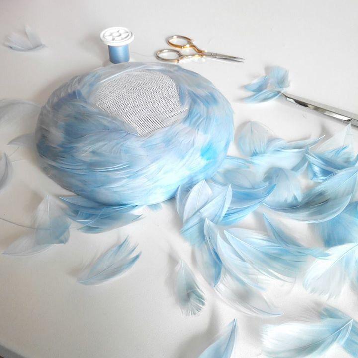 Feather pillbox tutorial by Chapeau Egoiste. Atelier de modiste. #millinery #judithm #feathers I love feather hats!