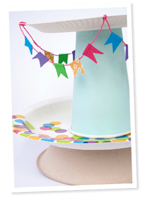 centro de mesa para fiestas infantiles porta cupcackes con platos y vasos de carton