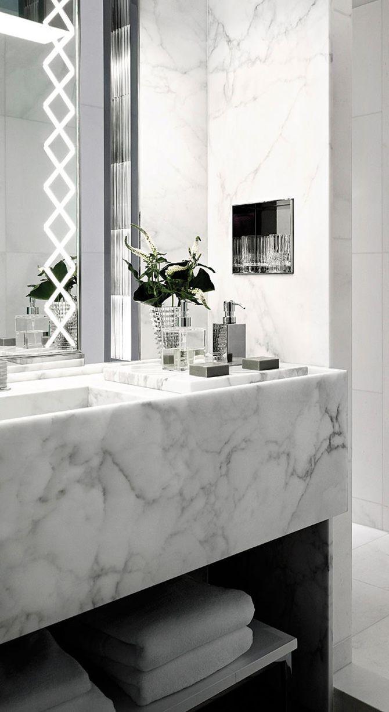Marmeren wastafel met verlichte badkamerspiegel | Badkamer ...