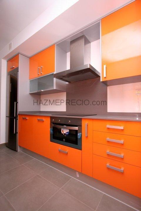 Cocinas diseño de cocina con muebles en color blanco y naranja ...