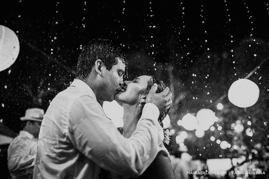 Quando recebi as fotos do casamento da Rebecca e do Ronaldo eu não fazia ideia de como eles iriam me emocionar. Na verdade, consigo imaginar o sotaque gostoso da Rebecca contando sobre o dia mais f...