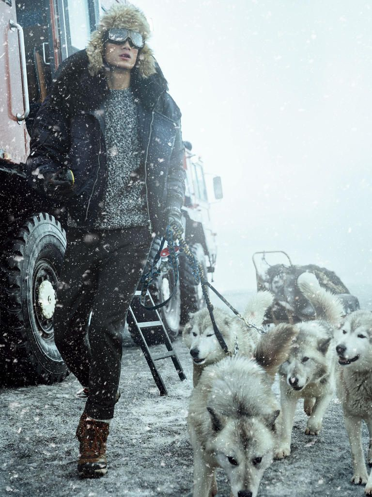 ... Canada Goose Victoria Parka Rød Dame Freeze Frame Hao Yun Xiang Braves the Elements for Harrods ...