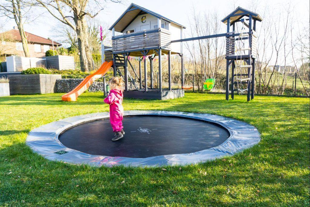 Spielplatz Im Garten 5 Grunde Fur Ein Inground Trampolin Familiethimm De In 2020 Inground Trampolin Spielplatz Spielplatz Kinder