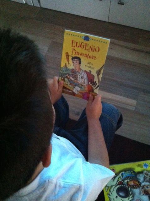 Finalmente una sfida interessante di DA1: leggere un libro da solo #libripercrescere http://www.motelospiegoapapa.it/2014/05/30/libri-per-bambini-una-bella-invenzione.html