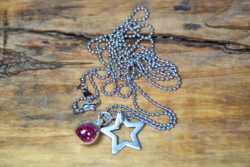 """Ketten lang - lange Halskette """"GlitterStar"""" - ein Designerstück von DaiSign bei DaWanda  http://de.dawanda.com/product/110593363-lange-halskette-glitterstar   #Kette #Halskette #Schmuck #Stern #Sterne #Star #Glitzer #Glitter #pink #rot #silber #versilbert #dawanda #DaiSign #Geschenk #Geschenkidee #Valentinstag #Muttertag #fashion #Style #Styling #stylish #Glamour"""