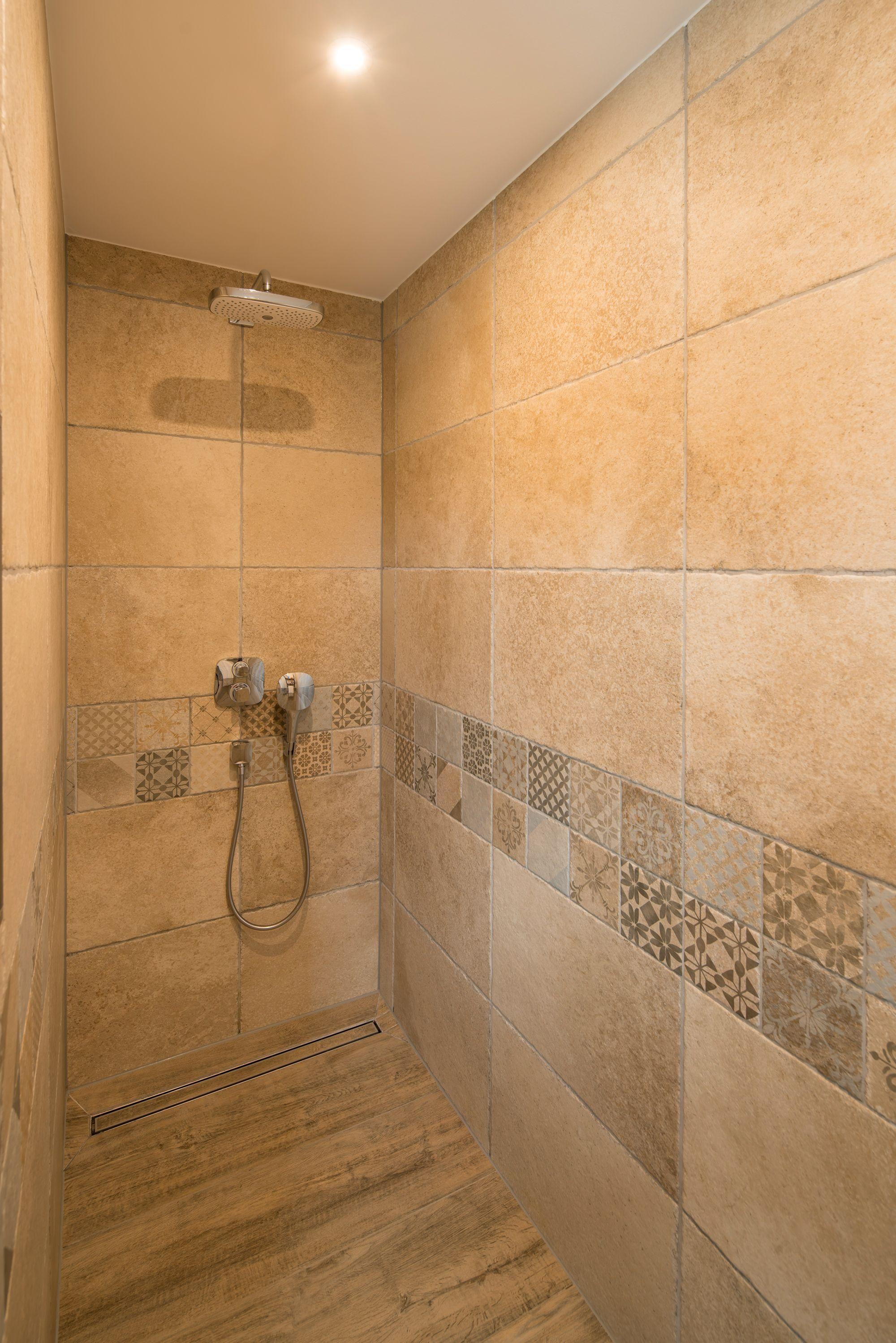 Fertighaus Wohnidee Badezimmer Dusche gemusterte Fliesen