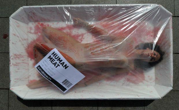 Na Espanha, ativistas trocam de lugar com animais em bandejas de carne | Mistureba