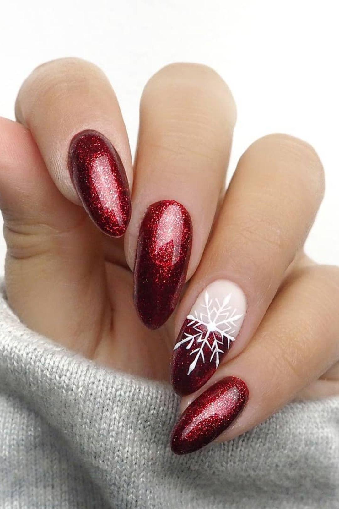 Photo of Niedliche glitzernde rote Weihnachtsnägel mit einem Schneeflockenakzentnagel
