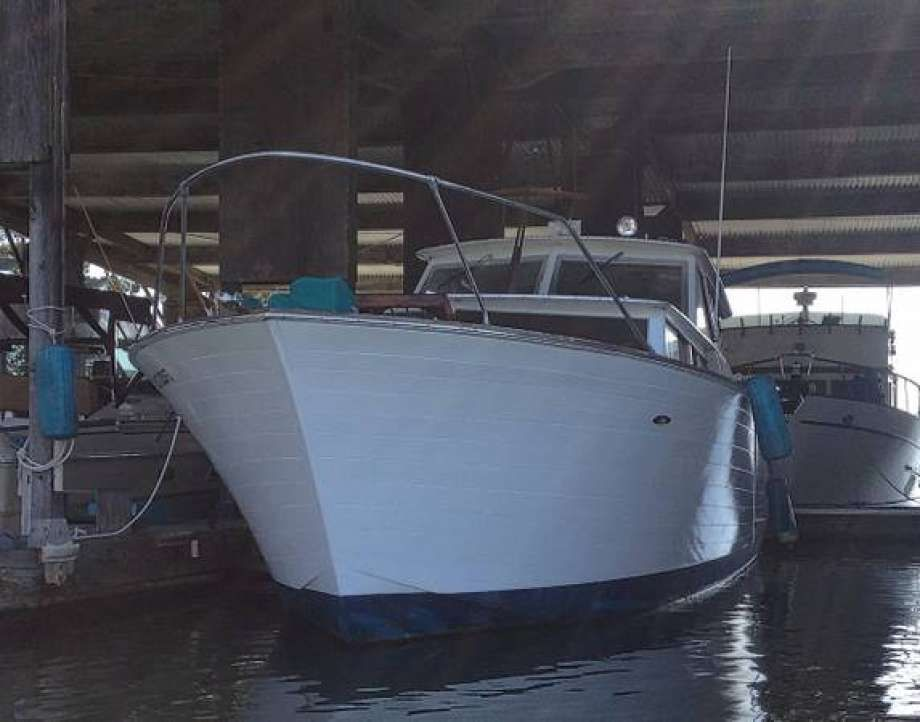 Could You Live In This Craigslist Floating Tiny House Only 10 000 Classic Boats Cabin Cruiser Wooden Boats