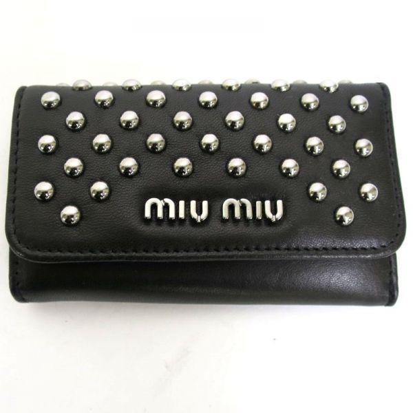 【中古】miu miu(ミュウミュウ) 5M0222 6連 スタッズ ブラック キーケース/ロックな雰囲気がカッコいいミュウミュウのキーケースです。鍵が6本収納できます。/新品同様・極美品・美品の中古ブランド財布&小物を格安で提供いたします。