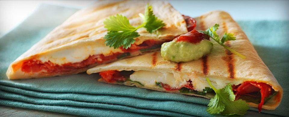 En spændende version af den klassiske mexicanske quesadilla. Den milde ost og skinken suppleres af stærk jalapeño og sød honning. Egner sig perfekt som tilbehør til drinks ved fester, hvor der skal mingles.