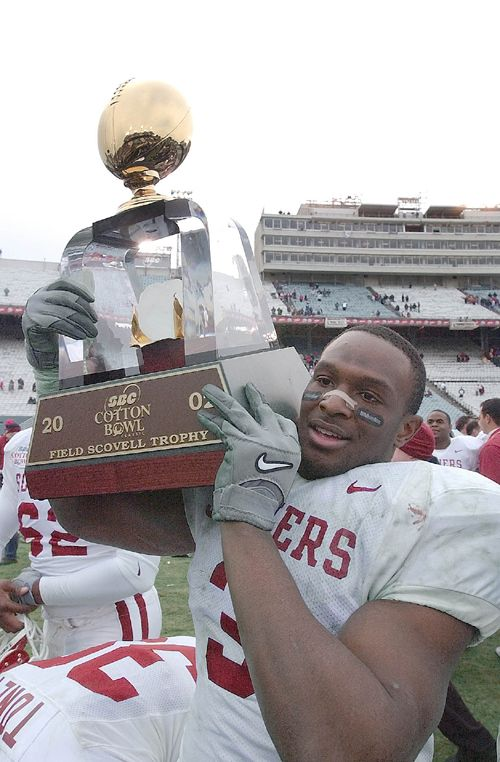 Oklahoma Josh Norman Holds The Field Scovell Trophy After Oklahoma Wins The Cotton Bowl Cotton Bowl Oklahoma Sooners University Of Oklahoma