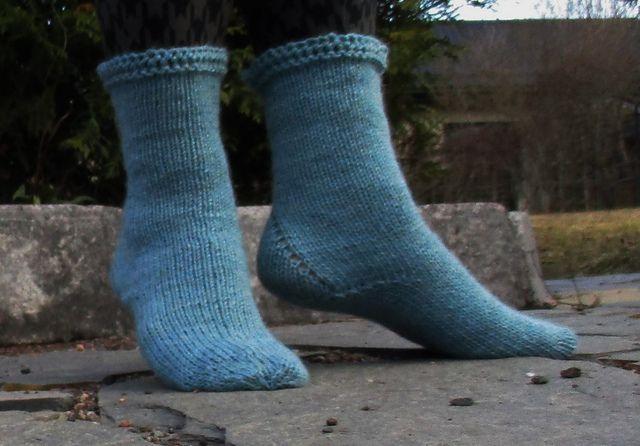 """Helpot ja nopeat """"Jääprinsessa""""-sukat aloitetaan neulomalla ensin joustava pitsinauha, jonka toisesta reunasta poimitaan silmukat sukkaa varten. Ohjeessa oleva linkki vie pitsinauhan kuvalliselle ohjesivulle."""