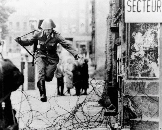 Hans Conrad Schumann en train de sauter les barbelés séparant la RDA de la RFA.  (1961)