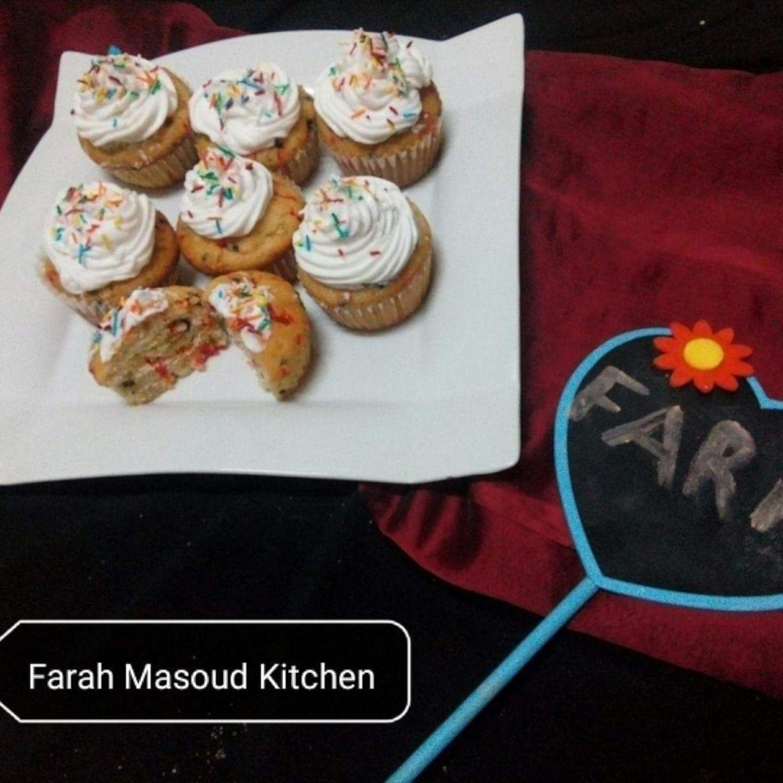 كب كيك الحبيبات الملونة Cup Cake Cooking Recipes Food Recipes