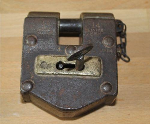 Altes Vorhängeschloß aus Eisen und Messing mit zwei Schlüssellöchern.