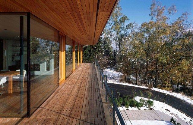 Modernes Haus Mit Raumhoher Verglasung Rusitkales Holz Balkon Boden  Verlegen Modern.jpeg