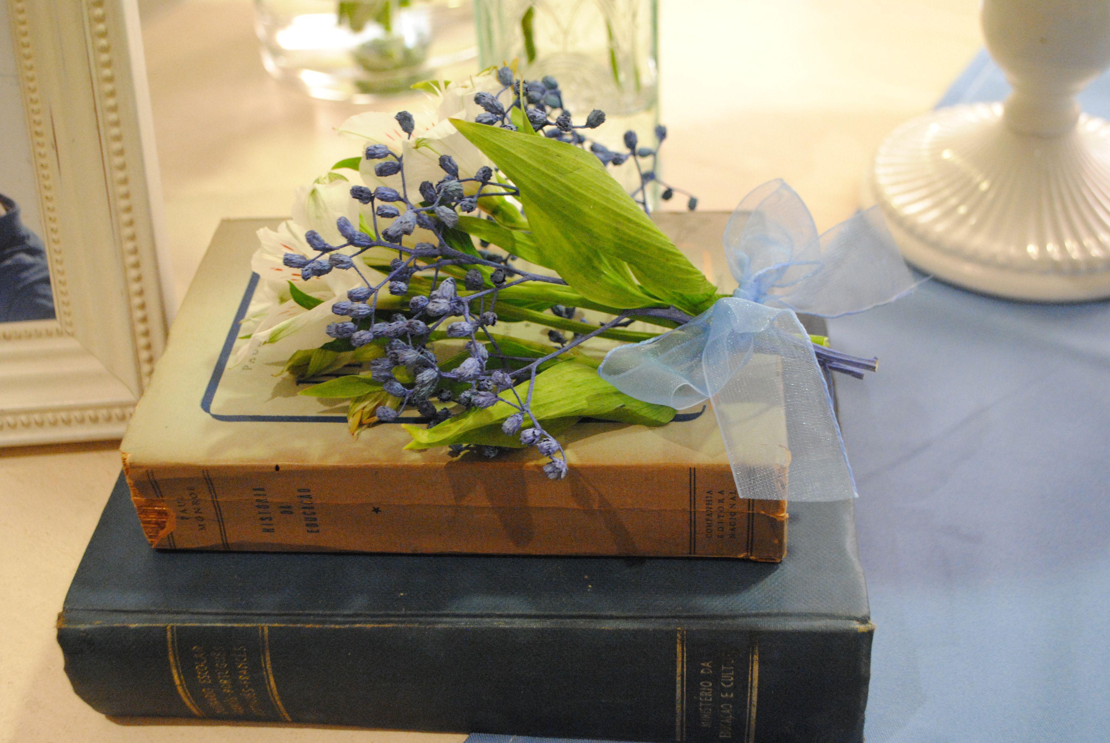 Casamento em casa com decoração na cor do ano da pantone de 2016: serenity blue. Livros vintage e mini bouquet de flores com fita de voal. Casamento romântico. Mini wedding.